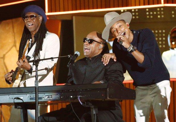 Nile Rogers, Stevie Wonder i Pharrell WIlliams wykonują