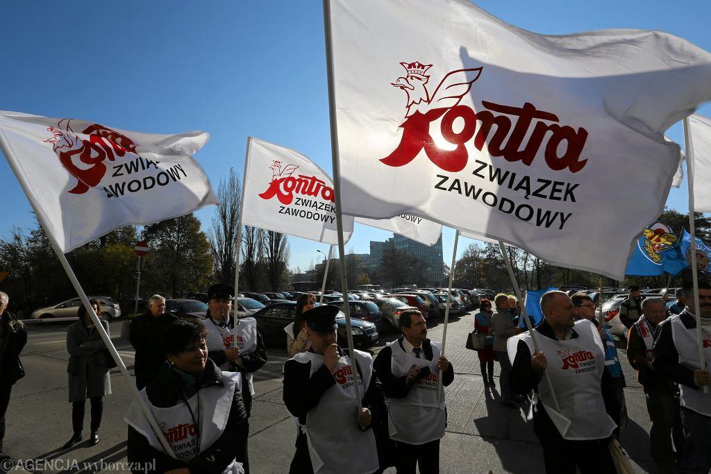 Protest kolejarzy Przewozów Regionalnych przed Urzedem Marszałkowskim we Wrocławiu