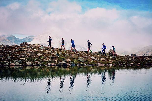 Ośnieżone szczyty gór odbijające się w tafli krystalicznie czystych jezior. Na takie widoki nie ma co liczyć uczestnik maratonu w mieście. To wielka przewaga biegów terenowych.