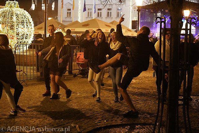 Płocki sylwester przed ratuszem na Starym Rynku