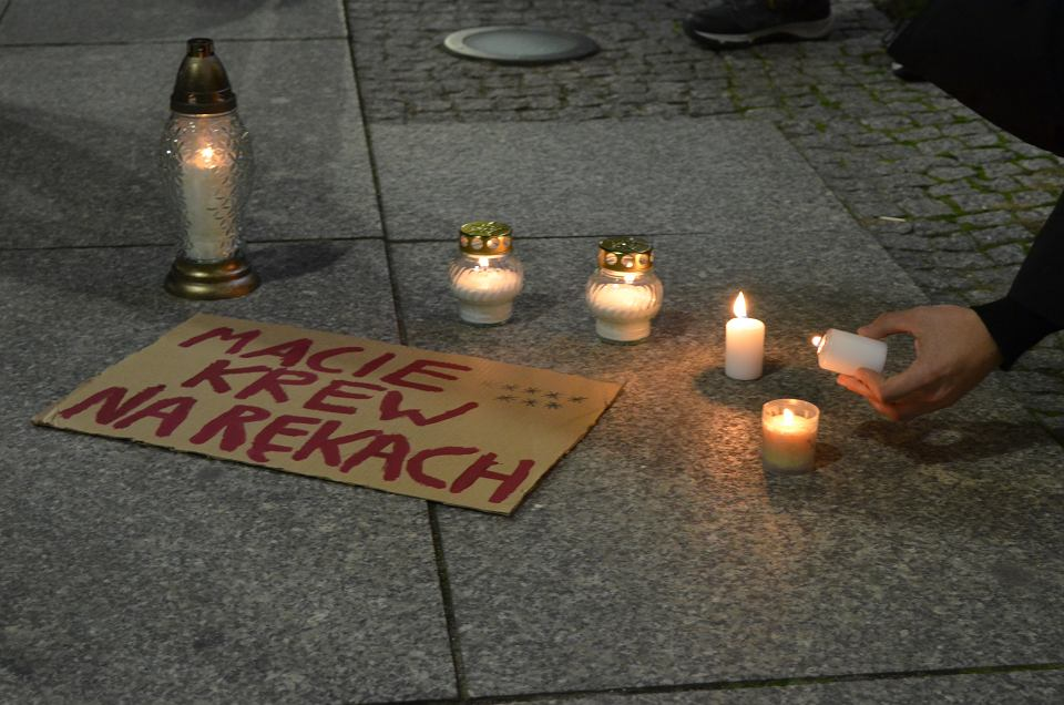Protest ws. zakazu aborcji pod wrocławską siedzibą PiS