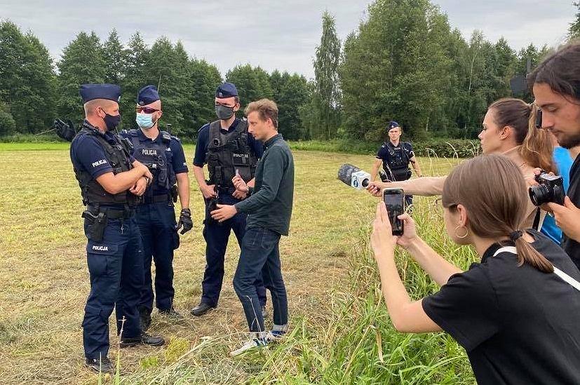Franciszek Sterczewski na granicy polsko-białoruskiej w Usnarzu Górnym próbował pomóc koczującym tam uchodźcom