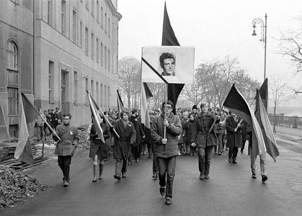 Jana Palacha pożegnało około 200 tys. mieszkańców Pragi, którzy odprowadzili go na cmentarz na Vinohradach. Pogrzeb przerodził się w manifestację polityczną, której uczestnicy milcząco protestowali przeciw sowieckiej okupacji.