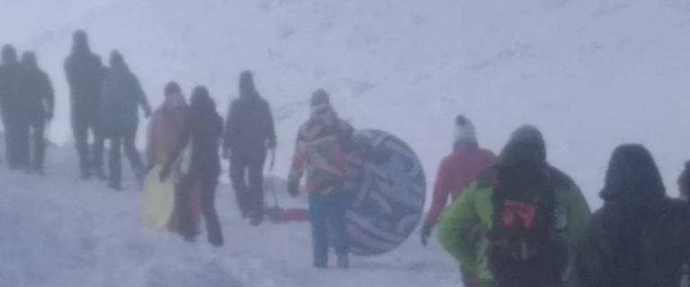 Turysta ze ''sprzętem plażowym'' na trasie na Śnieżkę