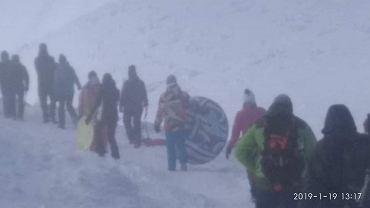 Turyści wchodzący na Śnieżkę