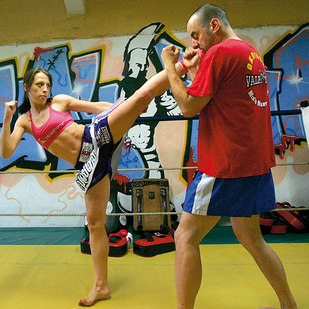 Mój pierwszy raz: sparing z mistrzynią muay thai, mój pierwszy raz, sztuki walki, Przy wysokim lewym kopnięciu okrężnym Aśka odchyla lewą rękę. Prawa w tym czasie kryje głowę przed kontrą.