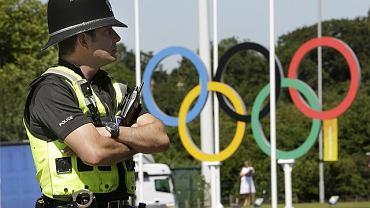 Brytyjski policjant przed olimpijskim logo w Coventry, w Anglii.
