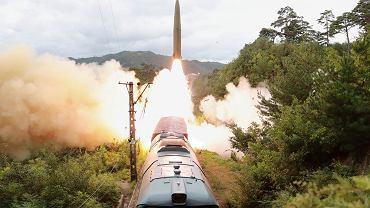 Korea Północna. Start rakiety balistycznej z pociągu