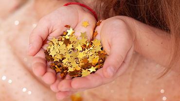 Dziewczynka połknęła konfetti w kształcie gwiazdy