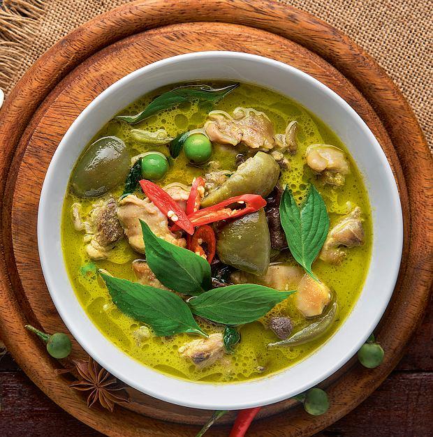 Tajska zupa z zieloną pastą curry i kurczakiem