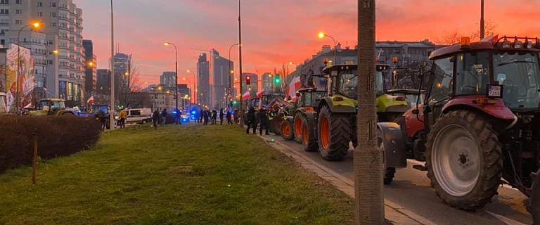 Protest rolników w Warszawie. Przyjechali traktorami i wysypali kapustę