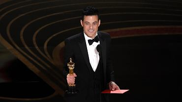 Oscary 2019. Najlepszy aktor roku to Rami Malek! Aktor zdobył pierwszego Oscara w karierze za rolę w filmie 'Bohemian Rhapsody'. - Moja mama gdzieś tu jest. Dziękuję mojej rodzinie. Tacie nie było dane mnie zobaczyć, ale mam wrażenie, że patrzy na mnie gdzieś z góry - mówi aktor dziękując za statuetkę. - Może nie byłem oczywistym wyborem do roli Freddie'ego Mercury'ego, ale w sumie wyszło nieźle.