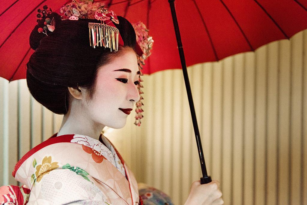 Japończycy wierzą, że tym bardziej pięknie się wygląda, im jaśniejszą skórę się ma. Gejsze, uważane w Japonii za symbol kobiecego piękna, malują twarz na biało (fot. lisegagne / iStockphoto.com)