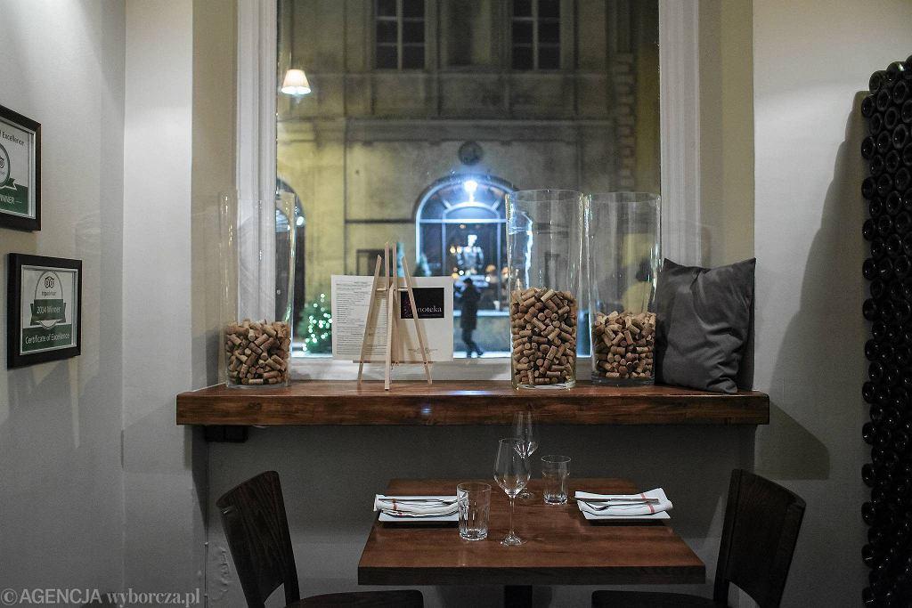 / Wnętrze restauracji Enoteka. Fot. Dawid Żuchowicz / Agencja Gazeta