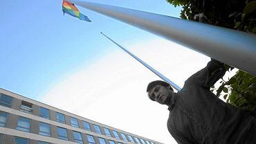 Piotr Guział, burmistrz Ursynowa wywiesza tęczową flagę przy ratuszu dzielnicy (2011 r.)