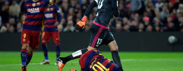 Betis goalkeeper Antonio Adan, right, looks at Barcelona's Lionel Messi, from Argentina,  on the ground after a collision during a Spanish La Liga soccer match at the Camp Nou stadium in Barcelona, Spain, Wednesday, Dec. 30, 2015. The referee considered it a foul and awarded Barcelona a penalty kick. (AP Photo/Emilio Morenatti) SLOWA KLUCZOWE: XLALIGAX