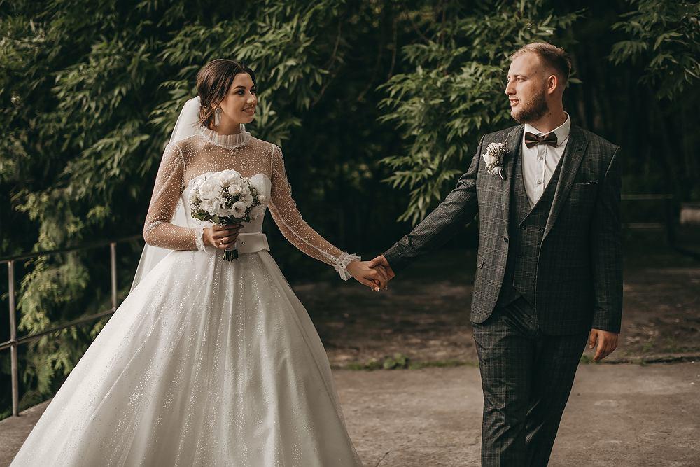 Garnitury ślubne 2021. Zdjęcie ilustracyjne