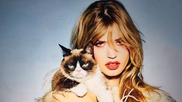 "Kalendarz Opla | Georgia May Jagger i ""Grumpy Cat"""