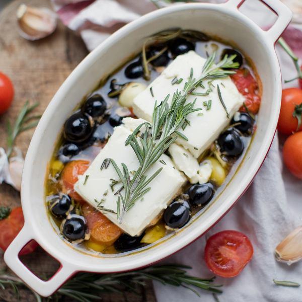 Feta zapiekana z oliwkami i pomidorkami