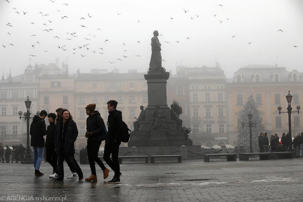 Mgła i smog nad Rynkiem. Kraków, 17 stycznia 2020