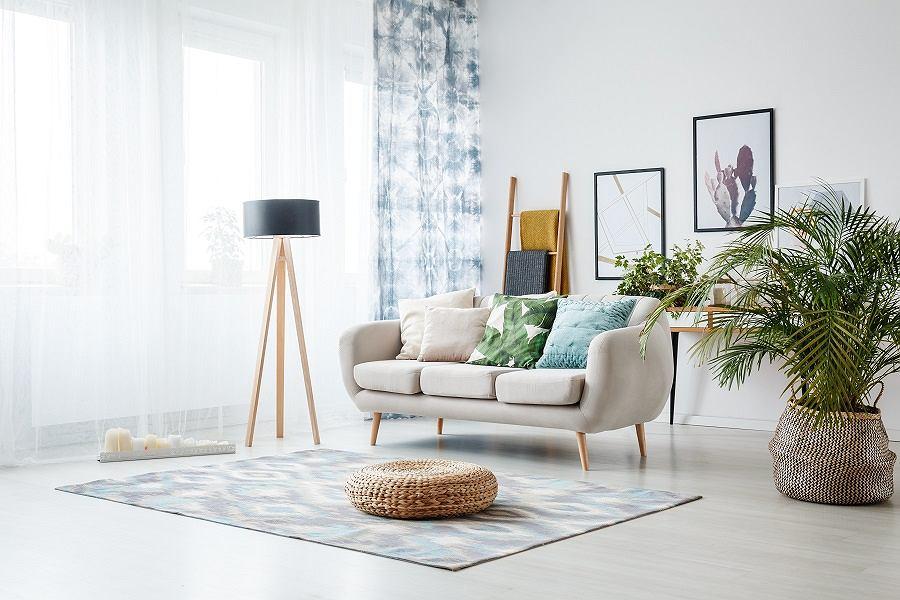 Lampa podłogowa w salonie