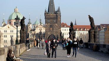 Ludzie na Moście Karola w Pradze, 25.02.2021