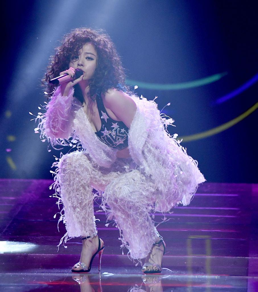 Chińska wokalistka Jane Zhang śpiewa podczas pokazu Victoria's Secret w Szanghaju