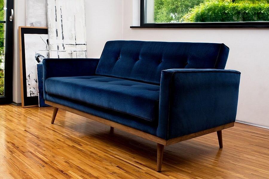 Dwuosobowa sofa Klematisar w wyjątkowej, welurowej odsłonie.
