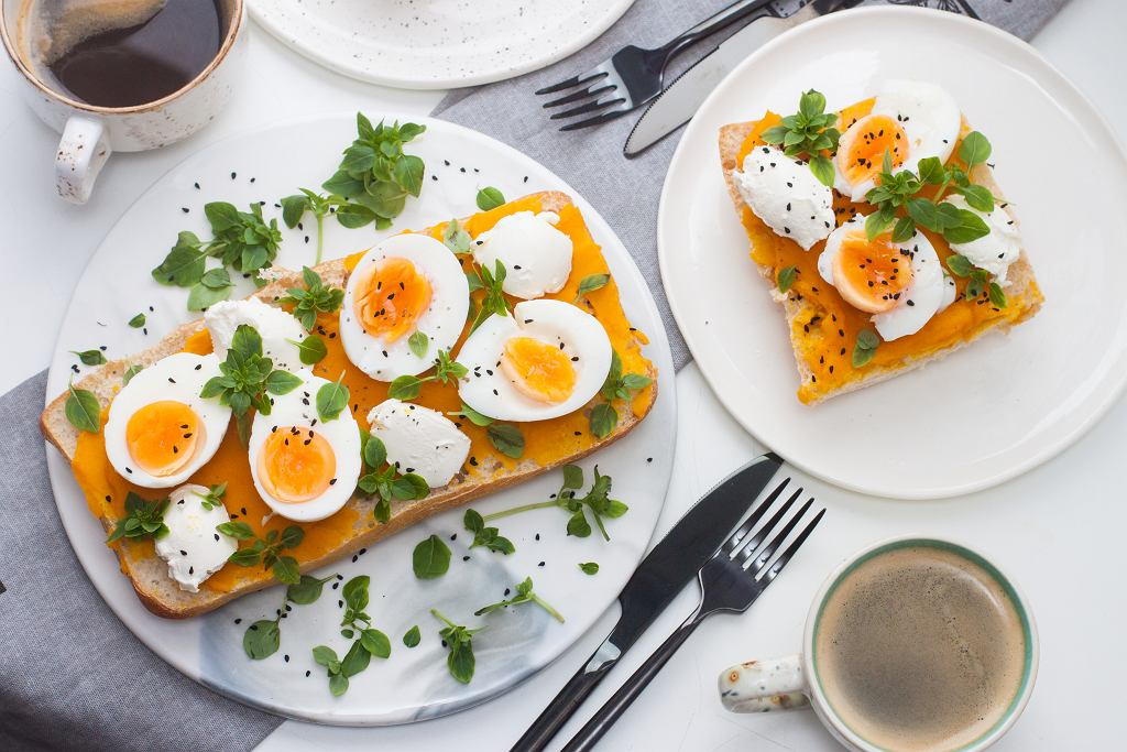 Podpiekana ciabatta z pastą warzywną, jajkiem i mozzarellą