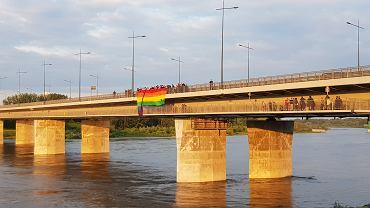Atak na osoby uczestniczące w akcji rozwieszania tęczowej flagi, upamiętniającej śmierć Milo