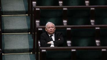 Prezes PiS Jarosław Kaczyński na sali plenarnej. Obrady Sejmu w dobie pandemii koronawirusa. Warszawa, 27 marca 2020