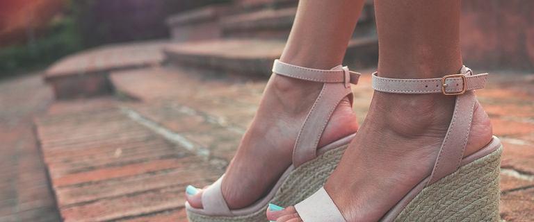 Sandały na koturnie - wygodna alternatywa dla obcasów. Dodadzą centymetrów i seksapilu!