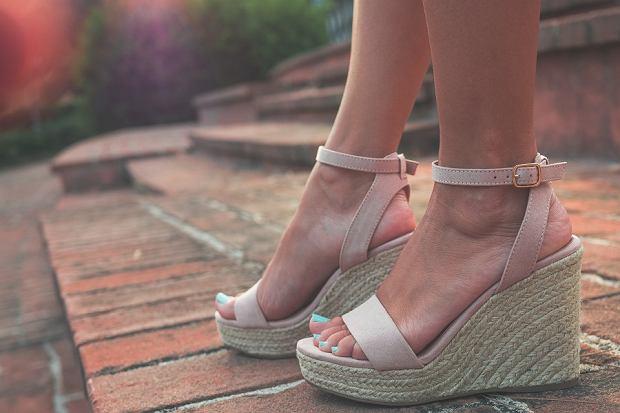 Te buty na koturnach to HIT na lato! Kobiety zakochały się w tych modelach