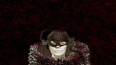 """W nowojorskim Museum of Modern Art (MoMA) można oglądać wystawę poświęconą twórczości Björk. Ta pochodząca z Islandii kompozytorka, autorka tekstów, piosenkarka, a także aktorka, w ciągu ponad dwudziestoletniej kariery wiele razy zaskoczyła fanów swoimi utworami, a także... strojami. Dlatego ważnym elementem poświęconej artystce wystawy są właśnie jej sceniczne kostiumy, a także ubrania, w których pojawiała się np. na czerwonych dywanach. Na zdjęciu: fragment kostiumu zaprojektowanego przez Alexandra McQueena, w którym piosenkarka promowała płytę """"Medulla""""."""