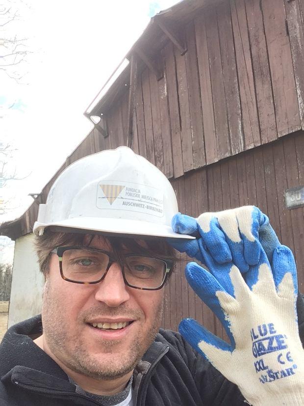 Marcin Kącki w trakcie prac rozbiórkowych domu, który został po wojnie zbudowany z baraków obozowych (fot: Marcin Kącki)