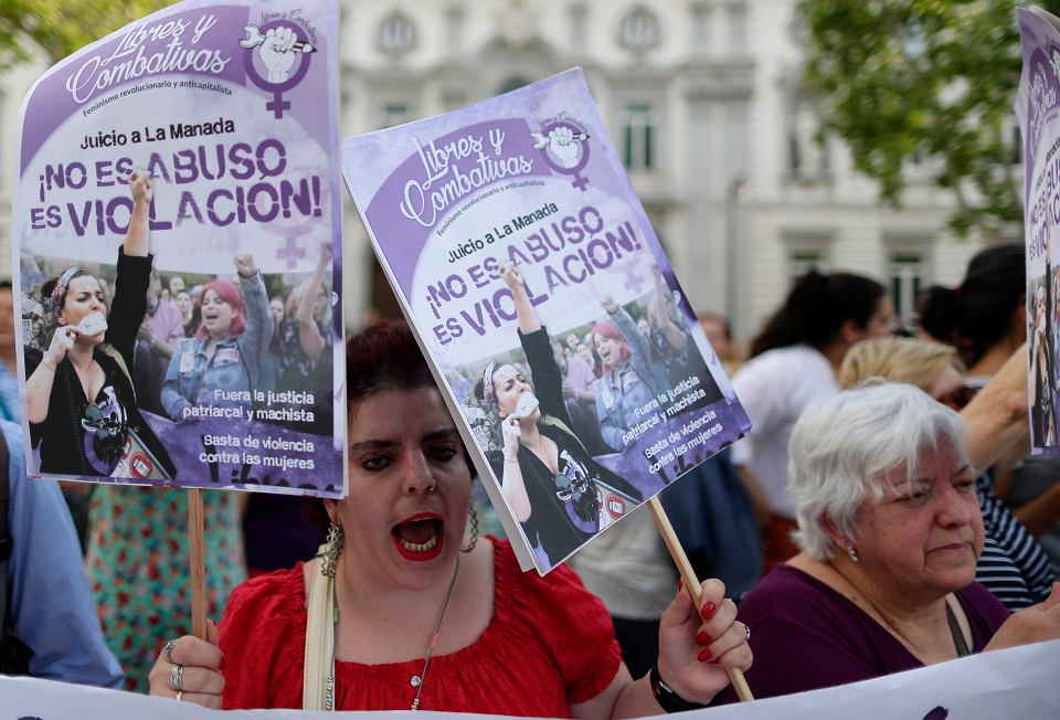 21.06.2019, Madryt, manifestacja pod budynkiem hiszpańskiego Sądu Najwyższego po odrzuceniu wyroku sądu z Nawarry i skazaniu pięciu mężczyzna za zbiorowy gwałt ze szczególnym okrucieństwem.