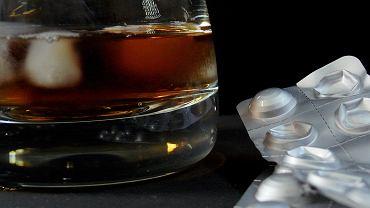 Alkohol i antybiotyki nie są tak fatalnym połączeniem, jak się powszechnie mniema. Nie znaczy to jednak, że 'procenty' można pić bez obaw w trakcie kuracji