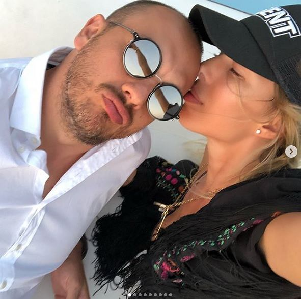 Ewa Chodakowska całuje męża