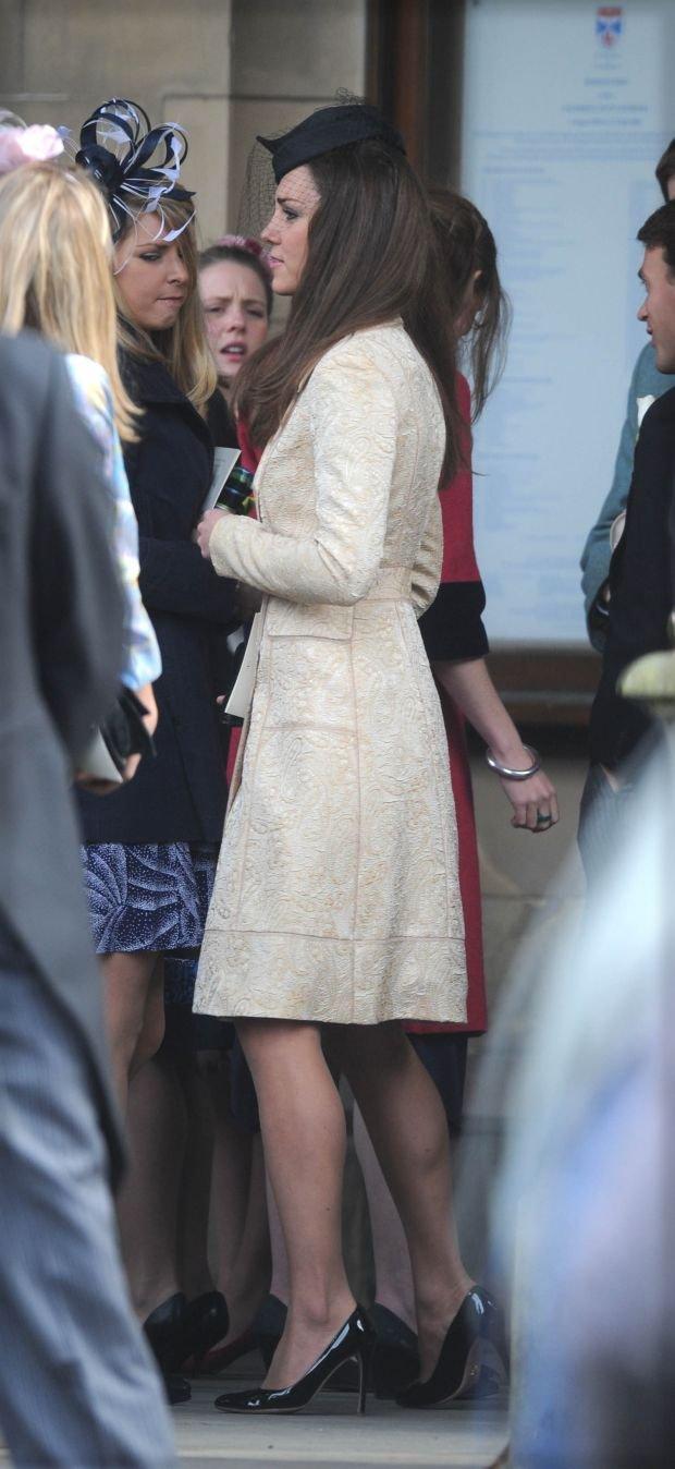 Księżna Kate na ślubie swoich uniwersyteckich przyjaciół Mela Nicholsona i Ollie Baker w maju 2010 roku