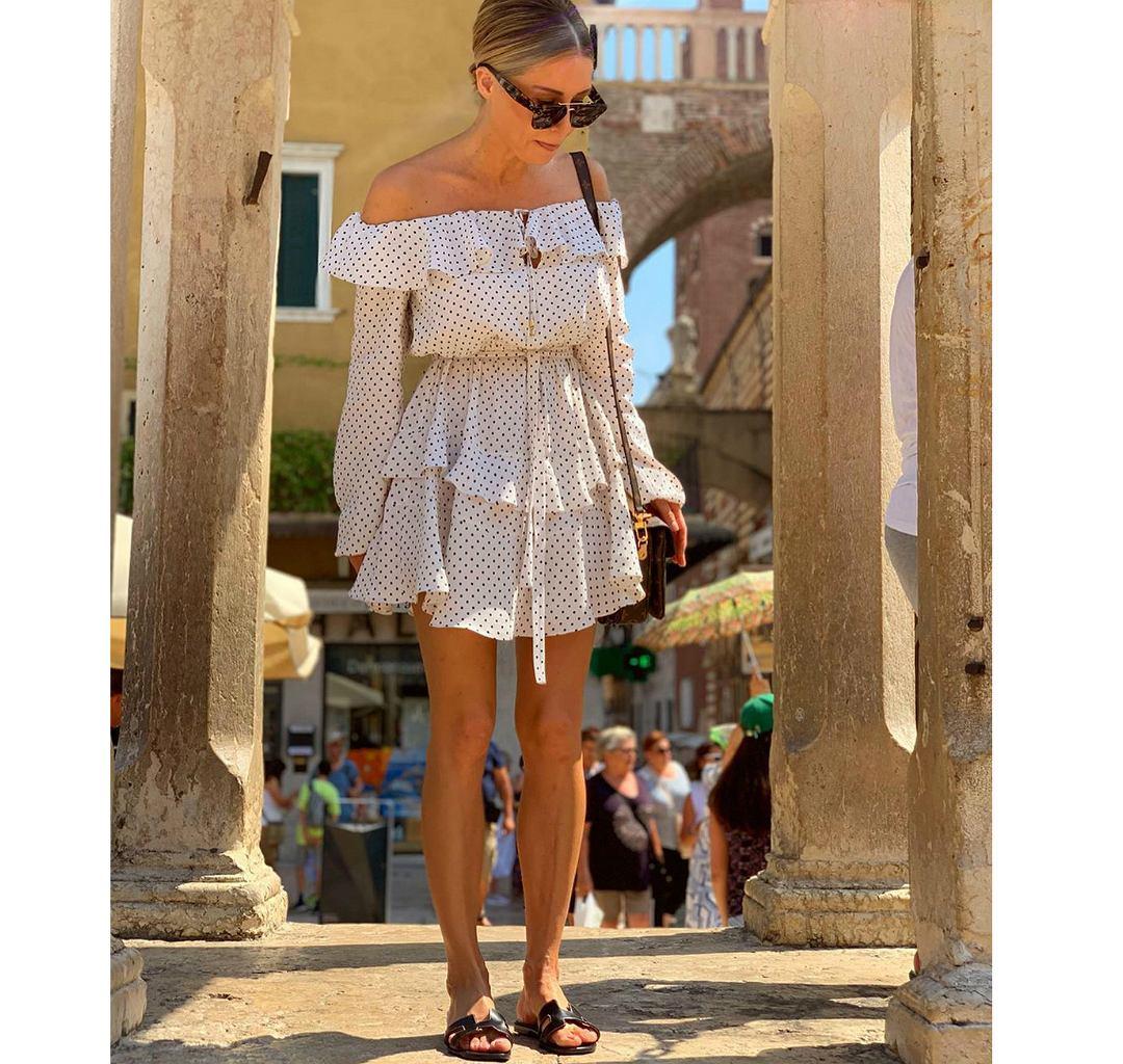 Małgorzata Rozenek w sukience hiszpance i modnych klapkach