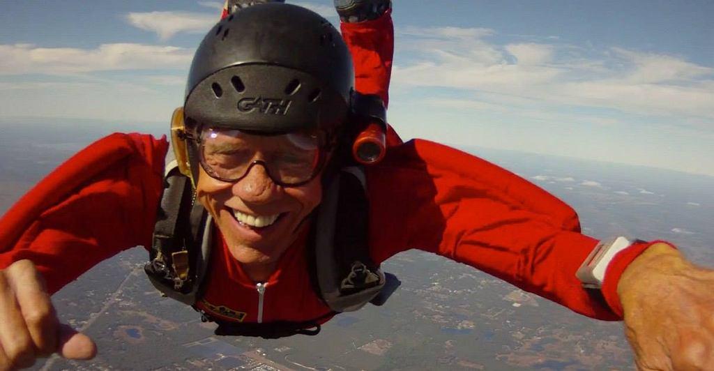 Carl Daugherty zmarł w wieku 76 lat po kolizji z innym spadochroniarzem