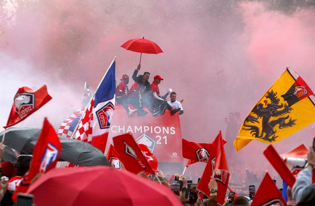 Piłkarze Lille świętują zwycięstwo we francuskiej League One Soccer. Lille wygrało 2:1 z Angers i zapewniło sobie swój pierwszy tytuł mistrza Francji od 10 lat oraz pokonało broniącego tytułu mistrza Paris Saint-Germain o jeden punkt