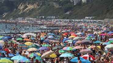 Tłumy na plaży w Bournemouth