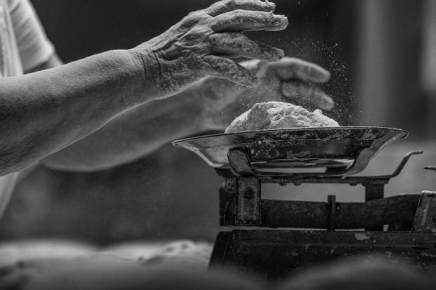 74-letnia pani Zofia sama prowadzi piekarnię po mężu. O 7 rano chleba już nie ma, ludzie zapisują się na listy