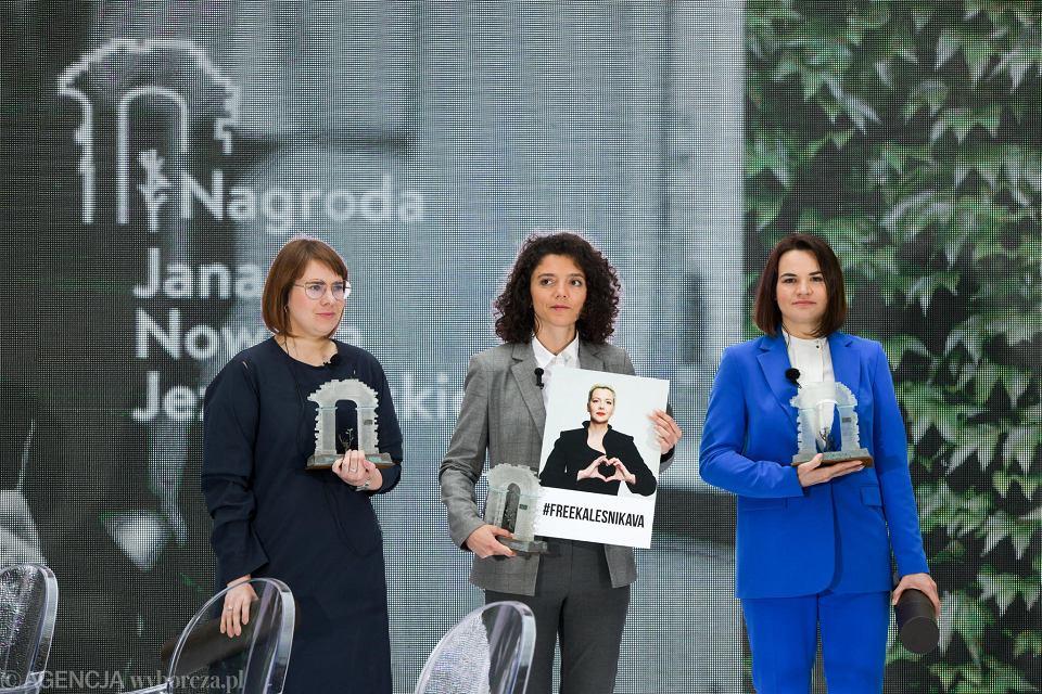Uroczystość wręczenia Nagrody Jana Nowaka Jeziorańskiego we Wrocławiu. Na zdj. od lewej Wołha Kawalkowa, siostra Maryi Kalesnikawej - Tatiana oraz Swietłana Cichanouska