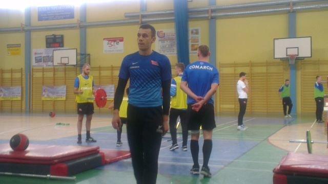 Cracovia ćwiczy w hali gimnazjum w Uniejowie. Mateusz Bartków