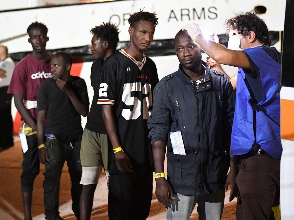 20.08.2019, Lampedusa, migranci uratowani przez statek NGO  'Open Arms' schodzą na ląd