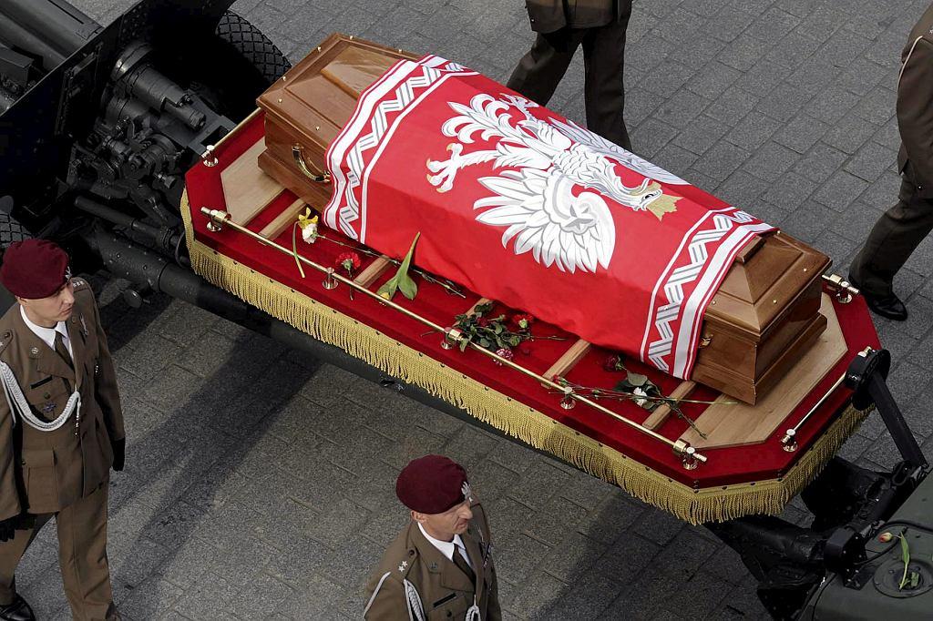 Trumny z ciałami Lecha i Marii Kaczyńskich, owinięte w biało-czerwone flagi, żołnierze wynieśli po skończonym nabożeństwie przed bazylikę Mariacką. Spoczęły na armatnich lawetach. Przed kościołem czekał kilkudziesięciotysięczny tłum żałobników. Rozległy się oklaski. Kiedy kondukt ruszył Drogą Królewską pod Wawel, ludzie skandowali: