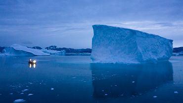Grenlandia. Łódź obok góry lodowej.