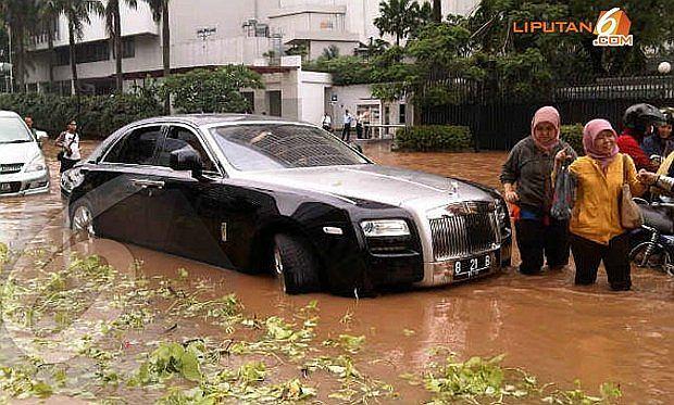 Ostatni widok jaki chcesz zobaczyć - twój Rolls zalany wodą